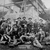 Die Bauarbeiter vor dem noch eingerüsteten Hochreservoir im Jahr 1908.
